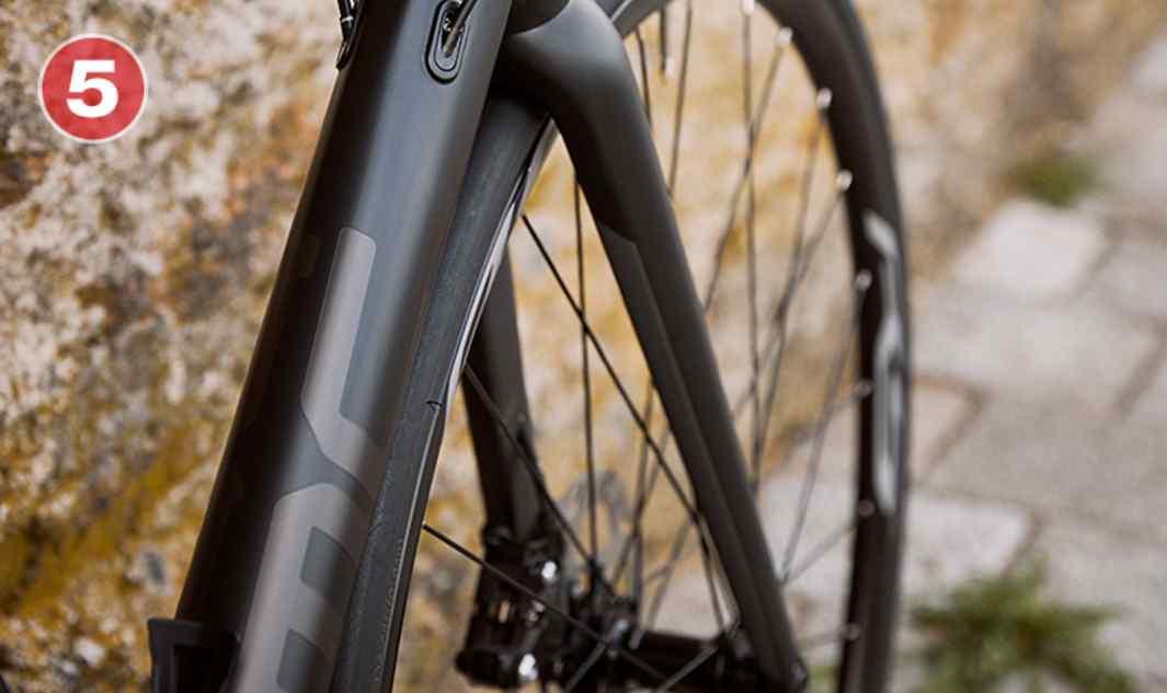 Widelec w technologii ACEWidelec z włókien węglowych klasy premium, który został stworzony dla serii rowerów Teammachine SLR01, umożliwia doskonałą jazdę oraz kierowanie na najwyższym poziomie.