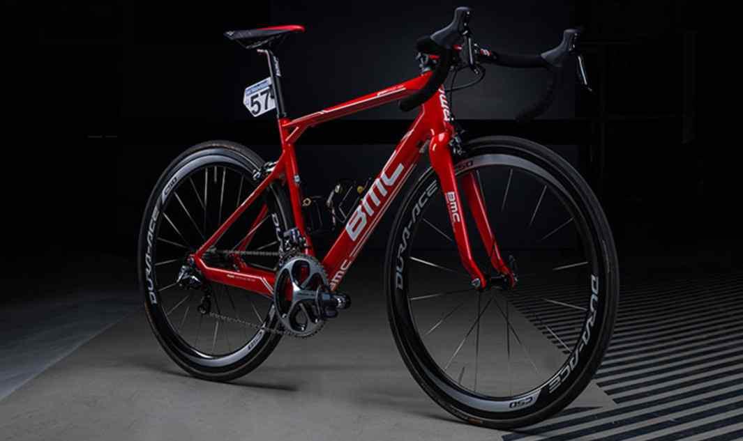 Rower BMC granfondo RBX, czyli zmodyfikowana i odpowiednio pomalowana wersja modelu granfondo GF01 – dla kolarzy BMC Racing Team startujących w wyścigu Paryż-Roubaix 2015.