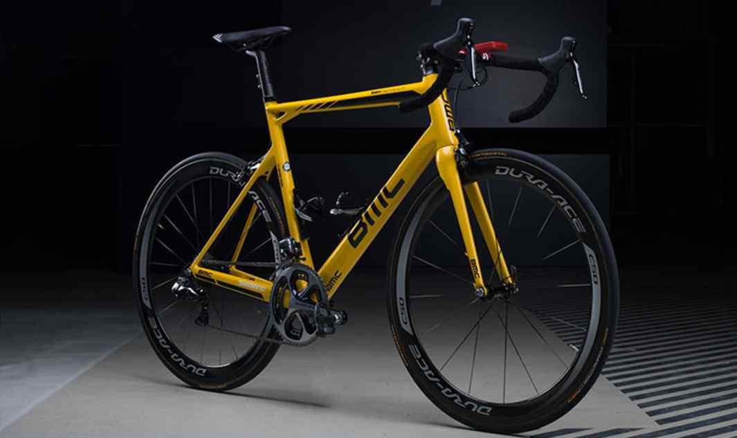 Dostosowana kolorystycznie powłoka roweru Rohana Dennisa (BMC Racing Team), by uczcić jego prowadzenie w klasyfikacji generalnej Tour de France 2015.